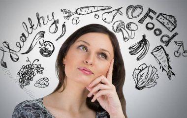 Sai lầm thường gặp trong ăn uống như: ăn cơm chan canh, uống nhiều nước sau khi ăn no, uống trà xanh ngay khi đang ăn, ăn trái cây ngay sau bữa chính...