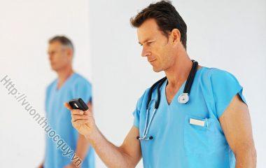 Triệu Chứng Của Viêm Bàng Quang gồm: tiểu buốt và thường xuyên muốn đi tiểu; nước tiểu có mùi, hoặc có máu hay mủ màu xanh; xương mu...