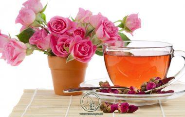 Trà Hoa Hồng là loại trà được làm từ nụ hoa hồng khô. Vì khi hoa đã nở rồi thì rất khó để làm thành trà. Thế nên người làm trà sẽ hái nụ hoa chưa nở. Lúc này cánh hoa vẫn còn đang khép lại rất chặt và người làm trà...