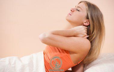 Đau cổ khi ngủ dậy có thể kèm theo tình trạng co cứng không quay được khiến bệnh nhân khó chịu. Tình trạng này xảy ra ở những người thường xuyên ngủ sai tư thế hoặc lo âu, căng thẳng quá mức...